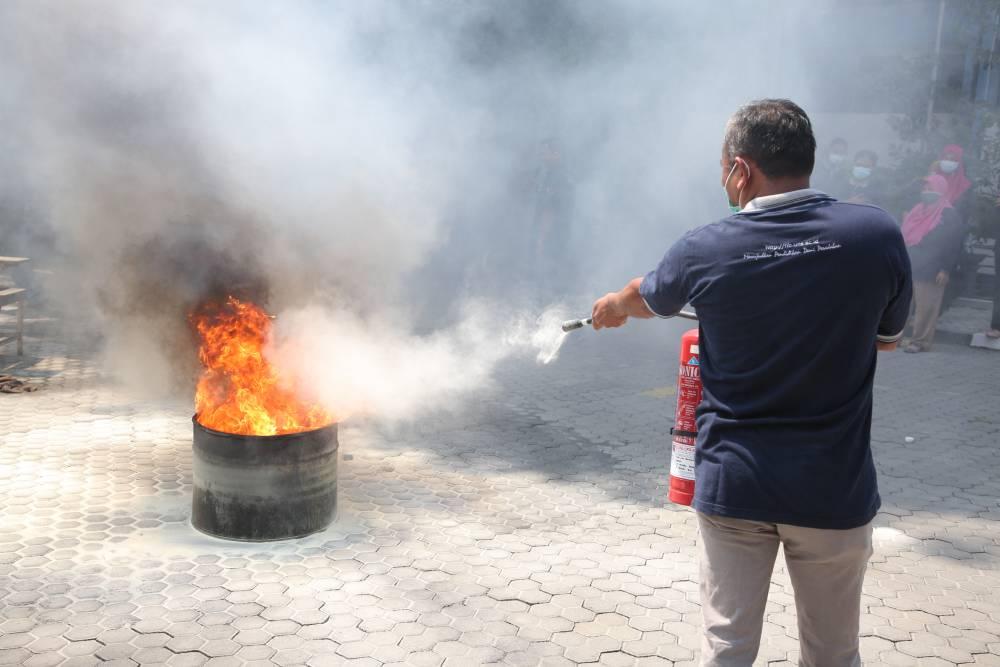 FIB UNS Adakan Pelatihan Penanggulangan Kebakaran Bagi Para Tenaga Kependidikan