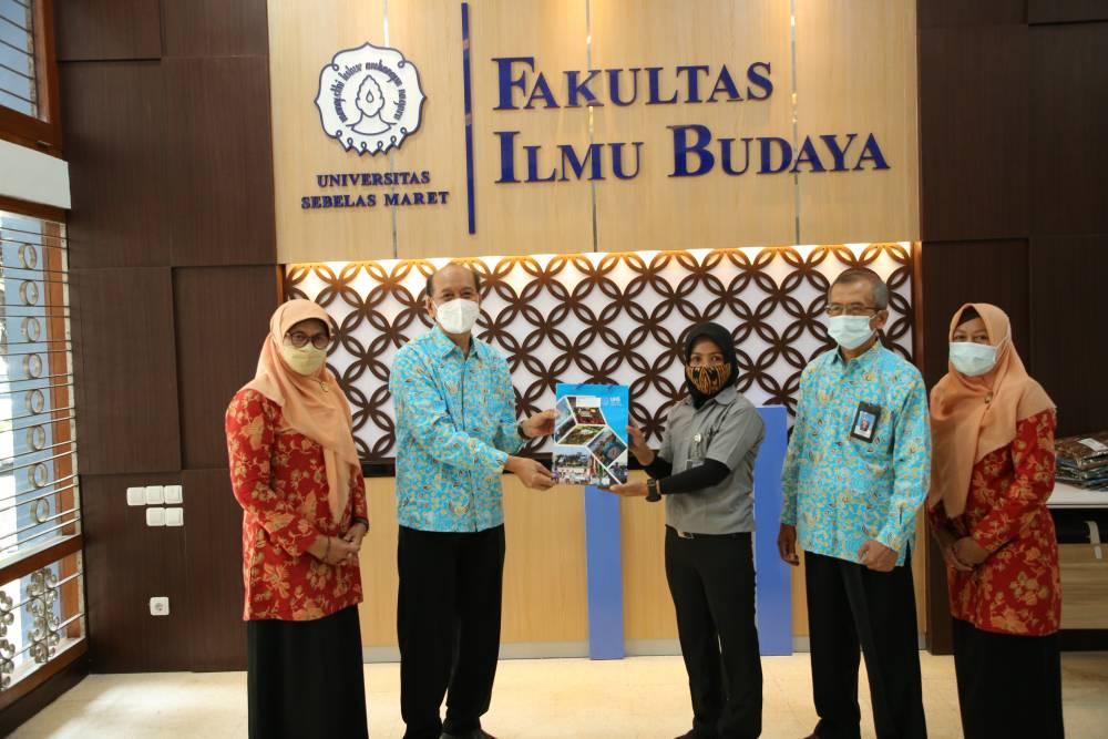 Meriahkan Hari Batik Nasional, UNS Berbagi 50 Batik pada Pegawai Kebersihan FIB